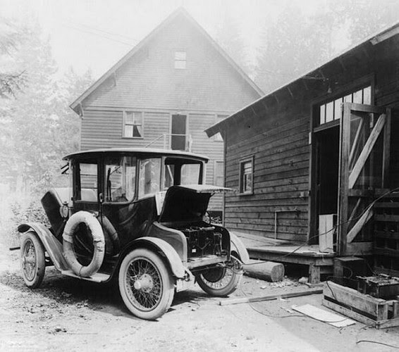 Charging your electric car looked like this, 1905.